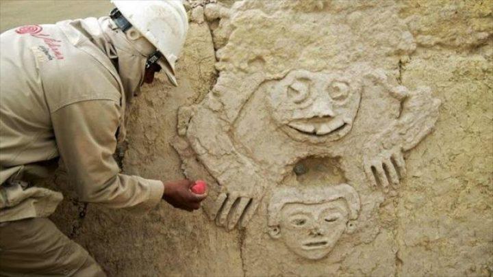 Hallado en Perú un mural con un 'sapo humanizado' de 3800 años