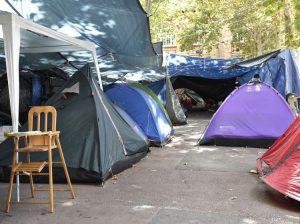 Rifugiati latinoamericani dormono nelle strade di Parigi