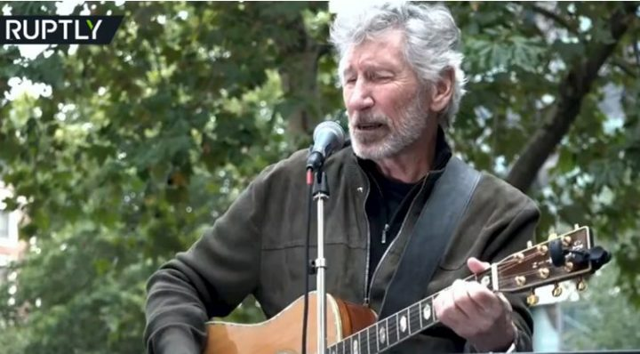 Pink Floyd's Roger Waters spielt 'Wish You Were Here' für Assange Demo in London