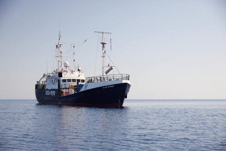 La Alan Kurdi ancora bloccata al largo di Malta. Un ragazzo tenta il suicidio