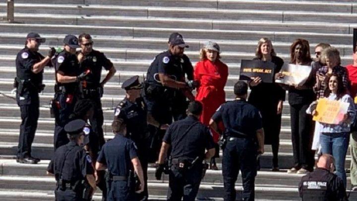 Arrestan a Jane Fonda por protestar contra el cambio climático