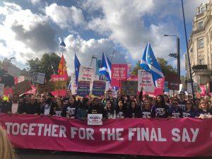 Eine Million Anti-Brexit Demonstranten ziehen durch Londons Straßen und fordern eine Volksabstimmung