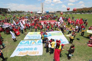 Milhares de trabalhadores ocupam Brasília contra políticas econômicas de Paulo Guedes