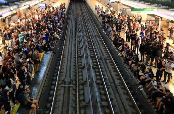 Pressenza-Santiago de Chile18 oct metro portada (8)