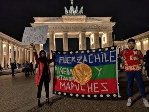 Manifestación solidaria frente a la Puerta de Brandeburgo para Chile