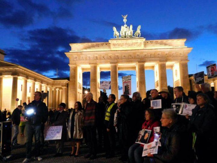 Heike Hänsel und Reiner Braun sprachen an #Candles4Assange in Berlin