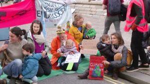Las protestas de Extinction Rebellion llegan al aeropuerto de Londres exigiendo acción sobre el cambio climático