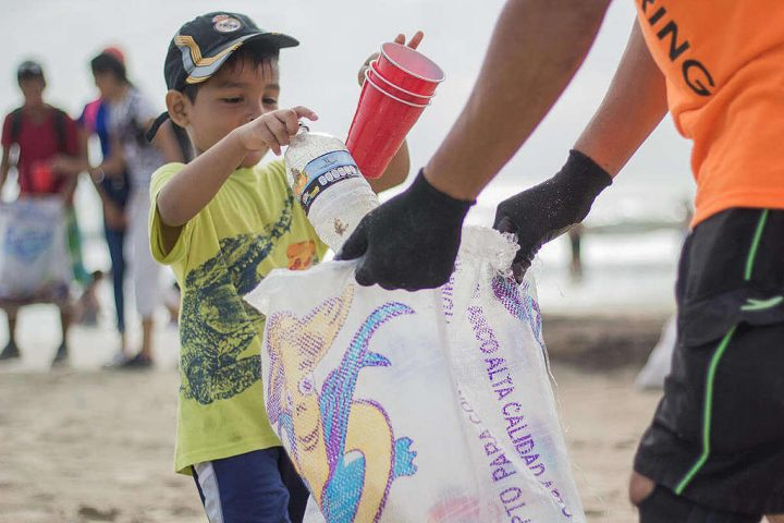 Plastica, Greenpeace: «Dalle multinazionali solo false soluzioni sull'inquinamento da usa e getta»