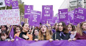 """""""Βιολετί κύμα"""" στο Παρίσι ενάντια στη βία κατά των γυναικών"""