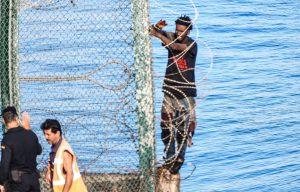 El Gobierno español anuncia la inminente retirada de las concertinas en las vallas de Ceuta y Melilla