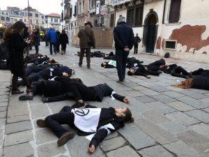 Extinction Rebellion Venezia: flash mob davanti al ponte votivo della Salute