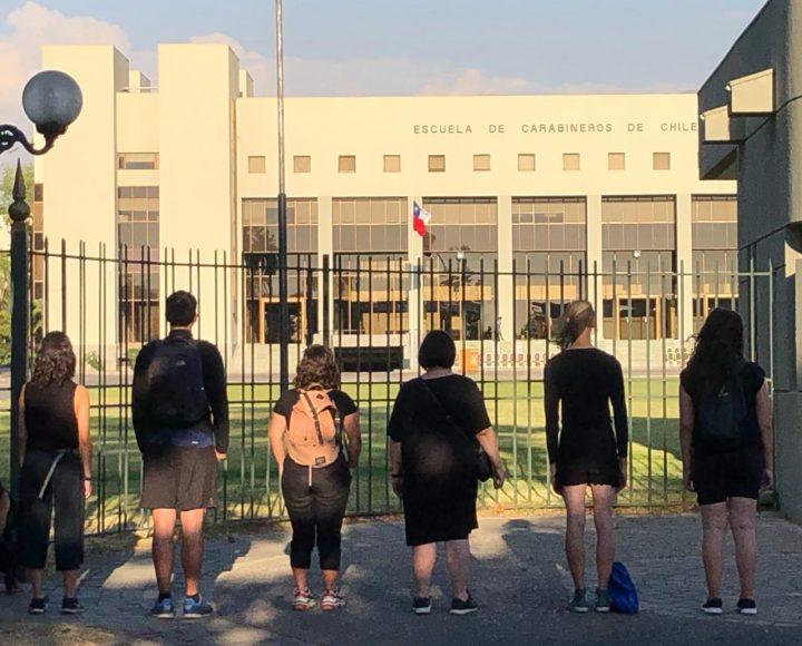 Chili. Action nonviolente 25×25 face aux bâtiment de l'école de Carabineros