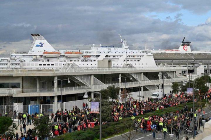 Greve contra reforma da previdência bloqueia cinco portos na França