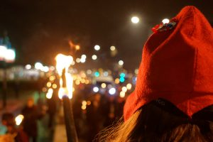 Γαλλία: νυχτερινές διαμαρτυρίες υπό το φως των δαυλών