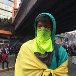 Durante las movilizaciones de Octubre en Quito, un joven observa.