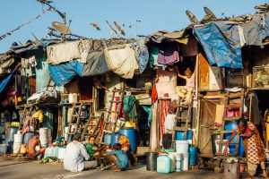 Fracasso do capitalismo mostra a pertinência das ideias de Gandhi, diz economista