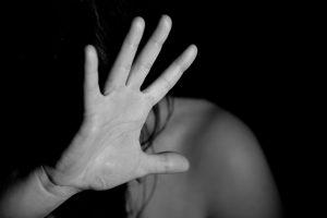 Dati Istat, il 7,3% degli intervistati reputa normale schiaffeggiare la compagna