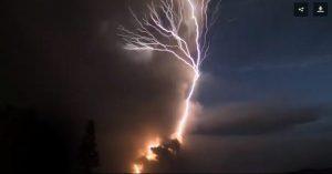 VIDEO: Despierta el volcán Taal en Filipinas 40 años después, en medio de una descarga de relámpagos