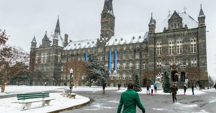 'Gros changement à l'horizon' : Alors que l'Université de Georgetown annonce le désinvestissement des combustibles fossiles, les étudiants américains exigent que leurs écoles suivent le mouvement
