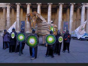 Περιβαλλοντικοί ακτιβιστές πολιορκούν την είσοδο του Βρετανικού Μουσείου διαμαρτυρόμενοι για τη χορηγία της BP