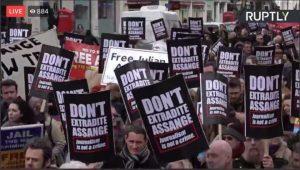 L'udienza per l'estradizione di Julian Assange inizia lunedì 24 febbraio. Ieri manifestazione a Londra per il suo rilascio
