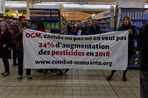 Los activistas de la Gironda etiquetan los productos que pueden contener «OGM (organismos genéticamente modificados) ocultos» en los supermercados