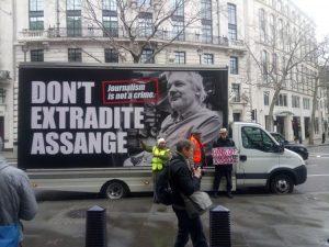 Processo Julian Assange: un attentato alla libertà di espressione, un processo politico