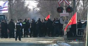 Mouvement de solidarité Wet'suwet'en les Mohawks du barrage près de Belleville en Ontario en état d'arrestation