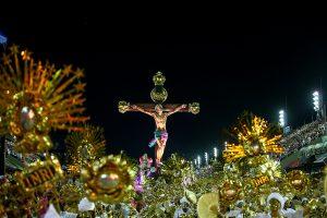 Força das mulheres, Cristo periférico, indígenas e Candomblé marcam desfile no Rio