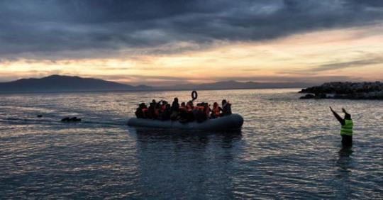 «Πλωτό τείχος» με στόχο να σταματήσει τους πρόσφυγες, θέτει ζωές σε κίνδυνο