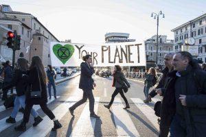 Extinction Rebellion in azione a Roma nel giorno di San Valentino