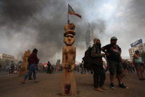 """Antropólogos chilenos repudian """"limpieza"""" del Gobierno en Plaza de La Dignidad y exigen devolución de esculturas"""