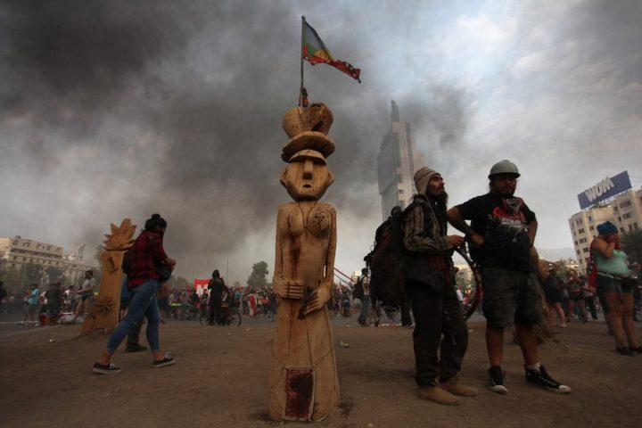 Χιλιανοί ανθρωπολόγοι καταδικάζουν τον «καθαρισμό» της Κυβέρνησης στην Πλατεία Αξιοπρέπειας και απαιτούν επιστροφή των γλυπτών