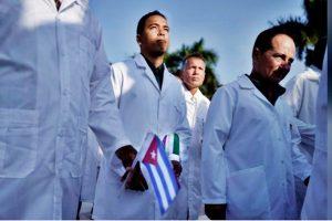 Kubanische Ärzte sind in Mailand gelandet, um Italien mit Covid-19 zu helfen