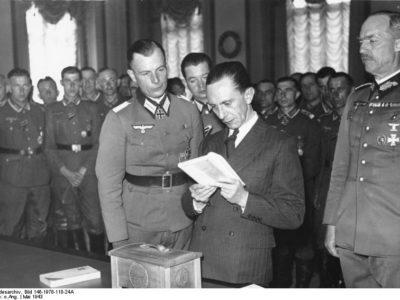 Berlin. - Goebbels receives combat group from Demjansk. f.l.: Benzin, Ude, Goebbels, von Hase, 4.5.1943