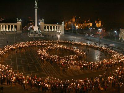 Το σύμβολο της μηβίας σχηματισμένο από ανθρώπους που κρατούν αναμμένους δαυλούς, στη Βουδαπέστη της Ουγγαρίας, κατά τη διάρκεια των εορτασμών της μη βίας από τα μέλη των οργανισμών του Ανθρωπιστικού Κινήματος.